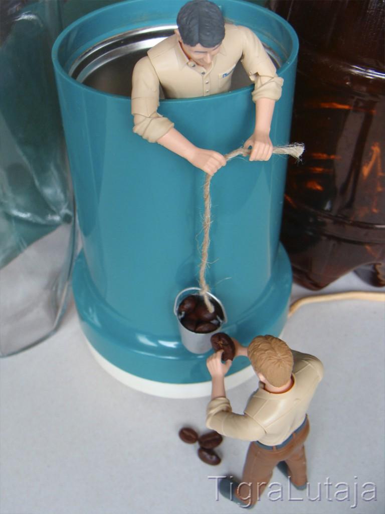 ося и киса собираются молоть кофе