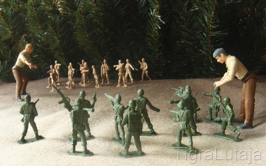 ося и киса играют в солдатиков