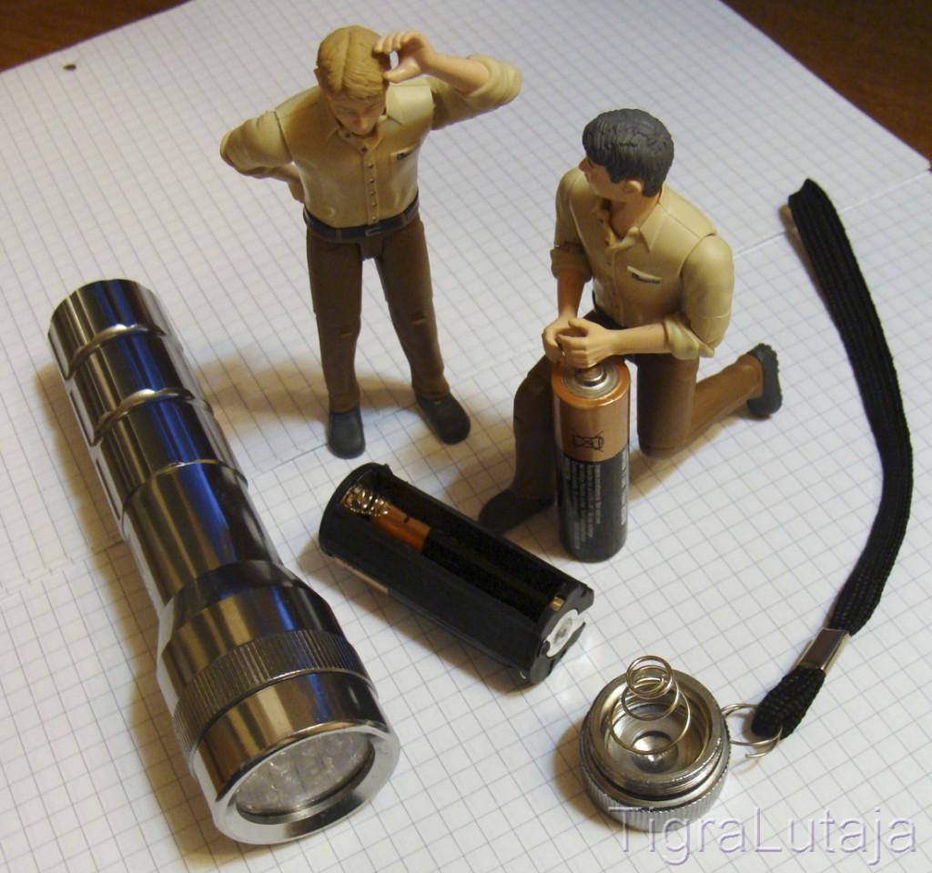 ося и киса меняют батарейки в фонарике